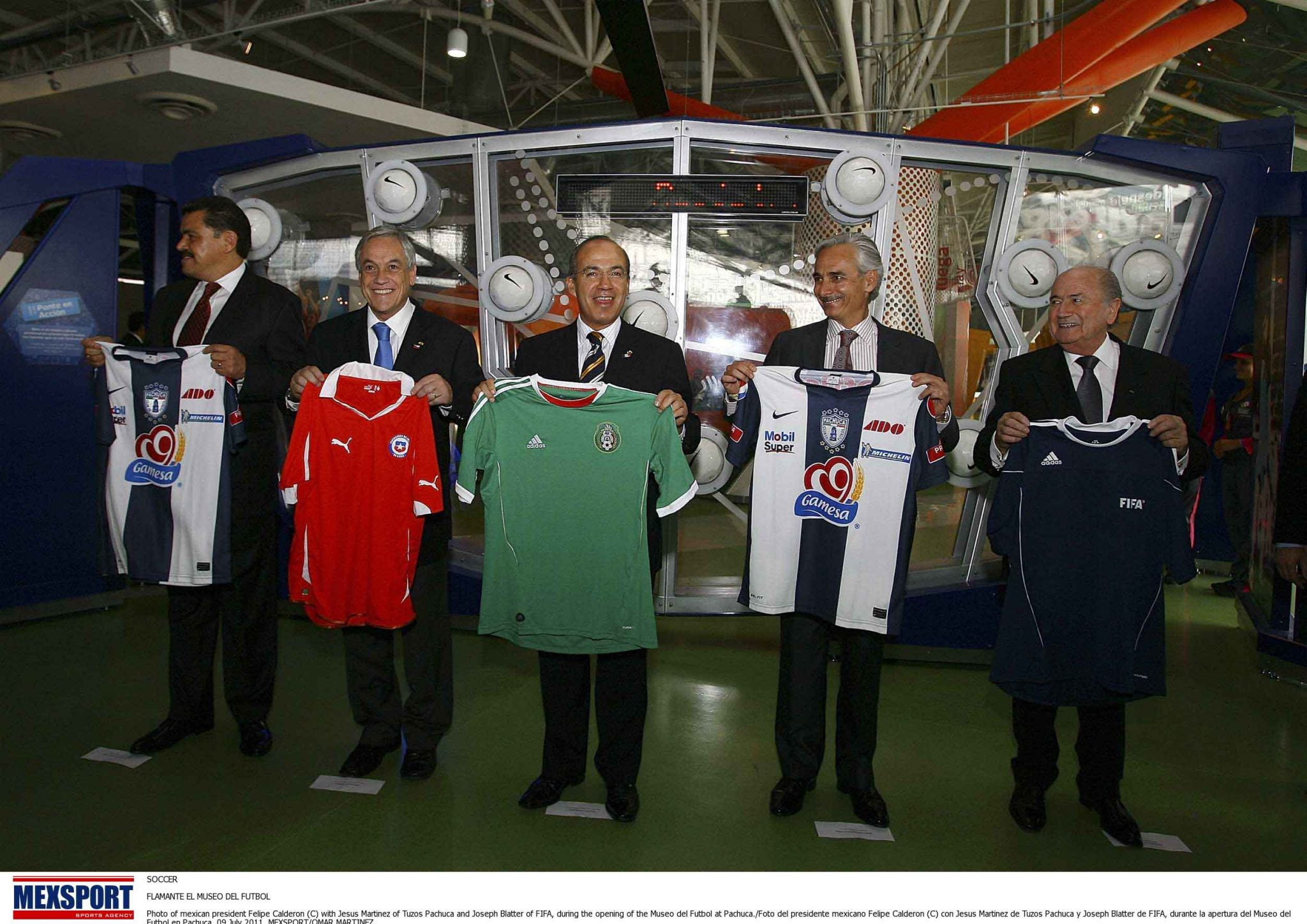 SOCCER  FLAMANTE EL MUSEO DEL FUTBOL  Photo of mexican president Felipe Calderon (C) with Jesus Martinez of Tuzos Pachuca and Joseph Blatter of FIFA, during the opening of the Museo del Futbol at Pachuca./Foto del presidente mexicano Felipe Calderon (C) con Jesus Martinez de Tuzos Pachuca y Joseph Blatter de FIFA, durante la apertura del Museo del Futbol en Pachuca. 09 July 2011. MEXSPORT/OMAR MARTINEZ